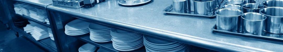 Arbeitsschrank mit Geschirr und Tischdecken