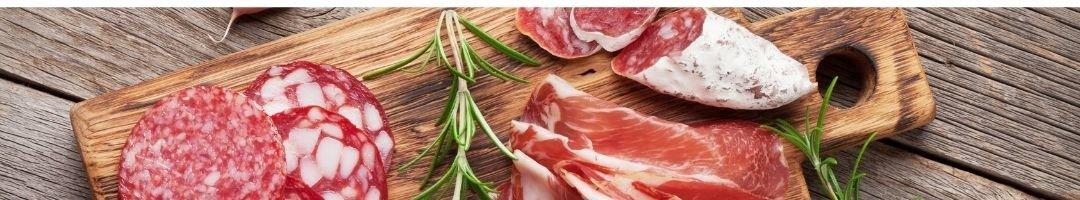 Holzbrett mit geschnittener Salami