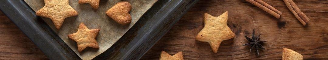 Backblech mit Keksen und Vanilleschoten