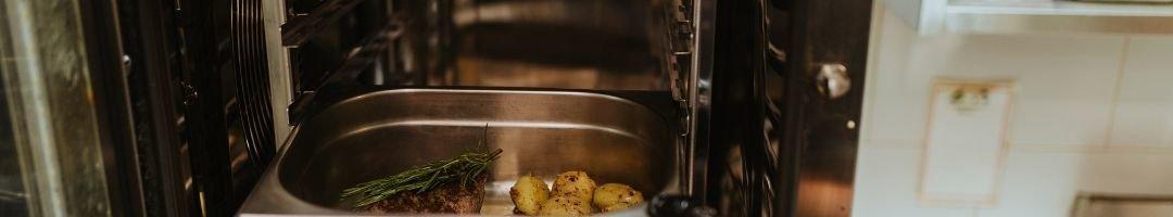 Fleisch und Kartoffeln in einem Gastronormbehälter