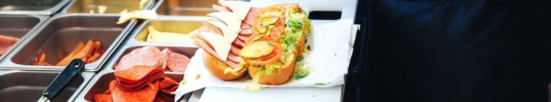 Saladette mit Gastronormbehälter und einem Sandwich