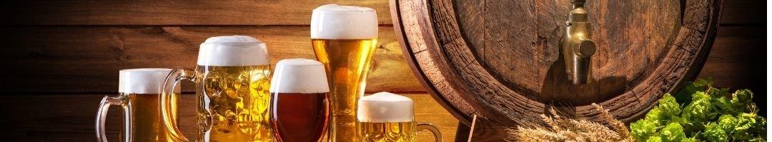 Gefüllte Biergläser und Bierfass