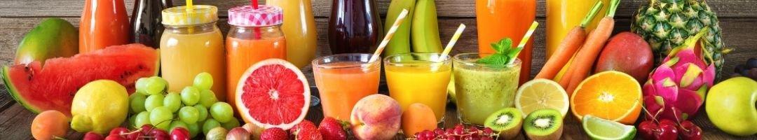 Gläser mit Saft und Obst