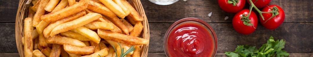 Schale mit Pommes und Schälchen mit Ketchup