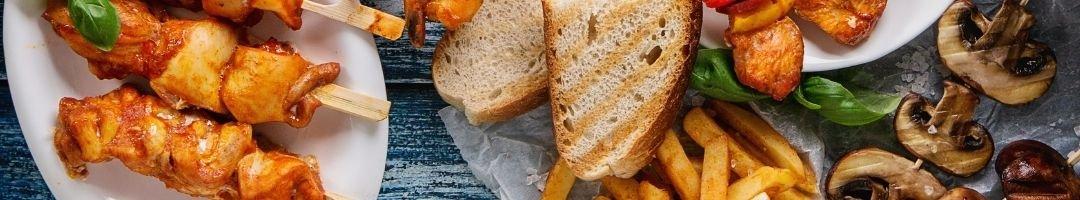 Fleischspieße auf einem Teller mit getoastetem Brot