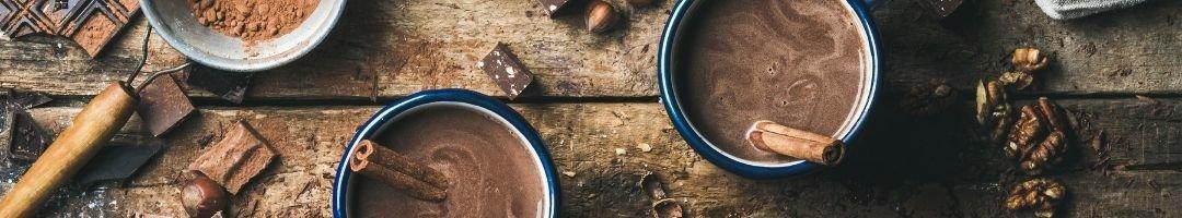 Tassen mit Kakao und Vanilleschote