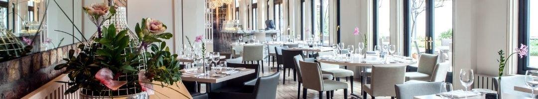 Restaurants mit gedeckten Tischen und Deko