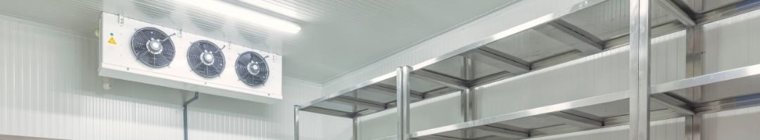 Kühlzelle mit Kühlaggregat und Regale
