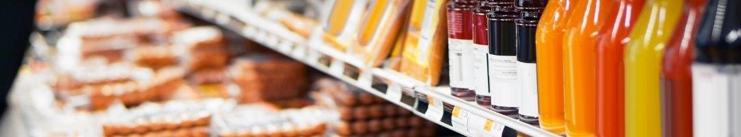 Kühlregal mit Flaschen, Käse und Würstchen