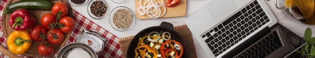 Gemüse, Waage, Gewürze, Pfanne und Topf it Nudeln