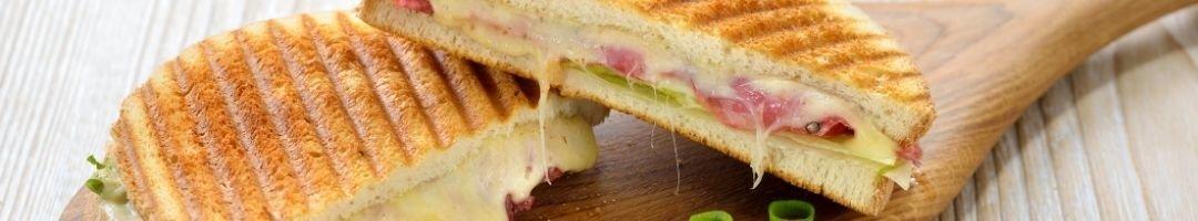 Holzbrett mit Sandwiches