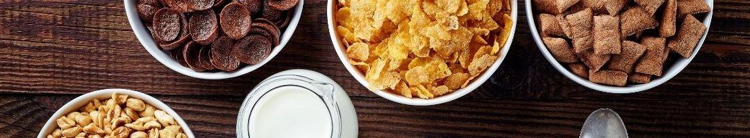 Schale mit Cornflakes und Milch