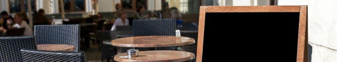 Menütafel vor einem Restaurant