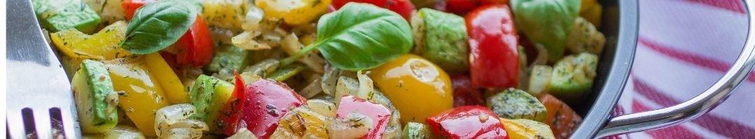 Pfanne mit Paprika, Tomaten und Zucchini