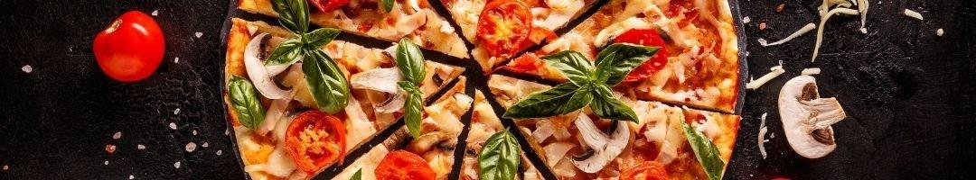 Geschnitte Pizza mit Tomaten und Pilze