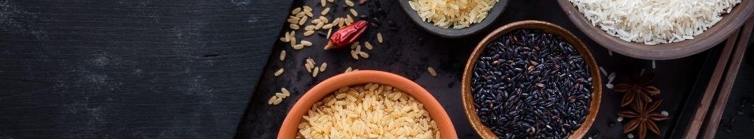 Schale mit ungekochten Reissorten
