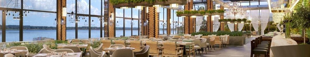 Restaurants mit einer Bar, Tische und Stühle