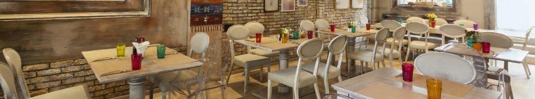 Restaurant mit gedeckten Tische und Stühle