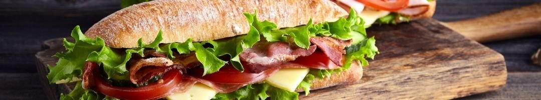 Holzbrett mit Sandwich