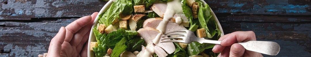 Salat mit Hähnchenbrust und Croutons