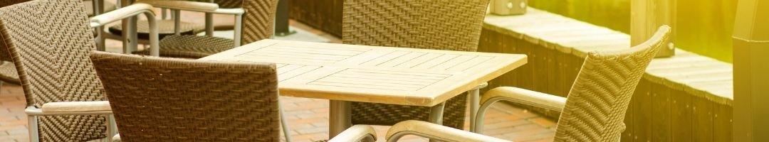 Tische und Stühle im Außenbereich